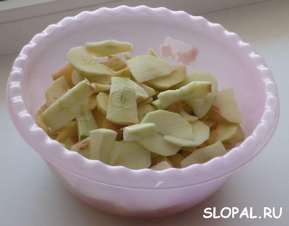 Режем очищеные яблоки дольками