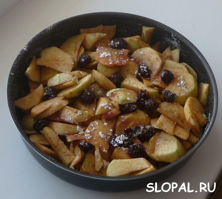 Выкладываем яблоки в форму для выпечки