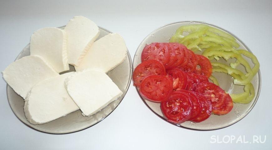 Нарезанный сыр и овощи