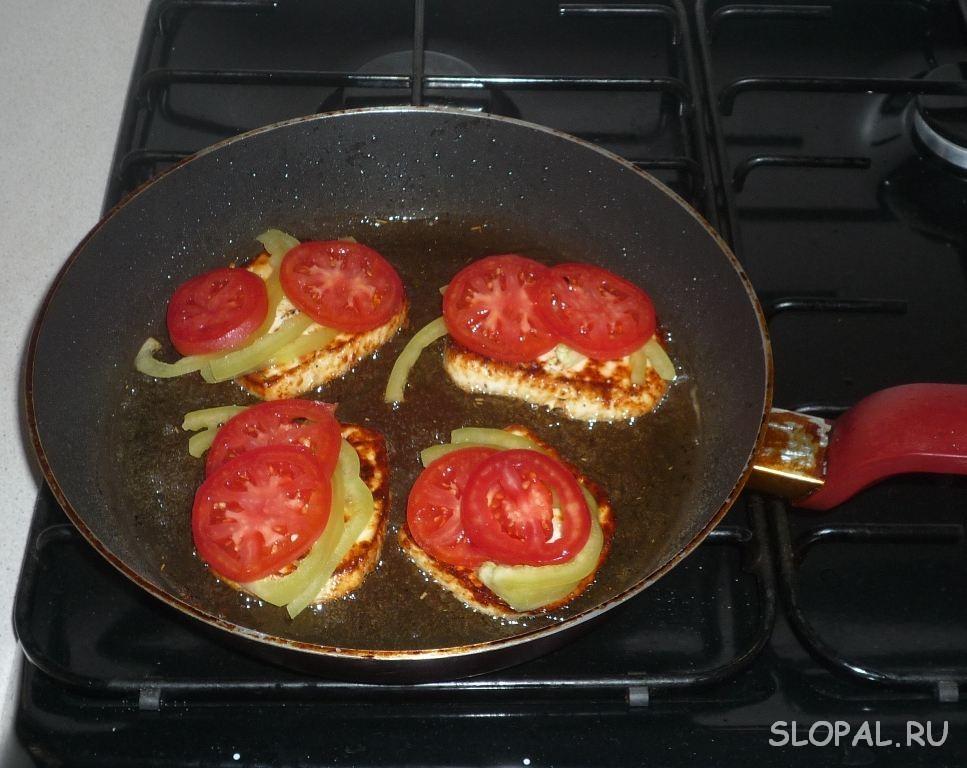 Обжариваем сыр с овощами