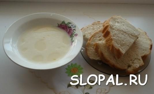 Нарезаем хлеб для гренок