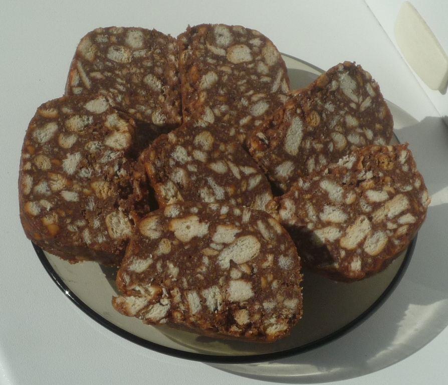 Сладкие шоколадные колбаски с жирком из печенья