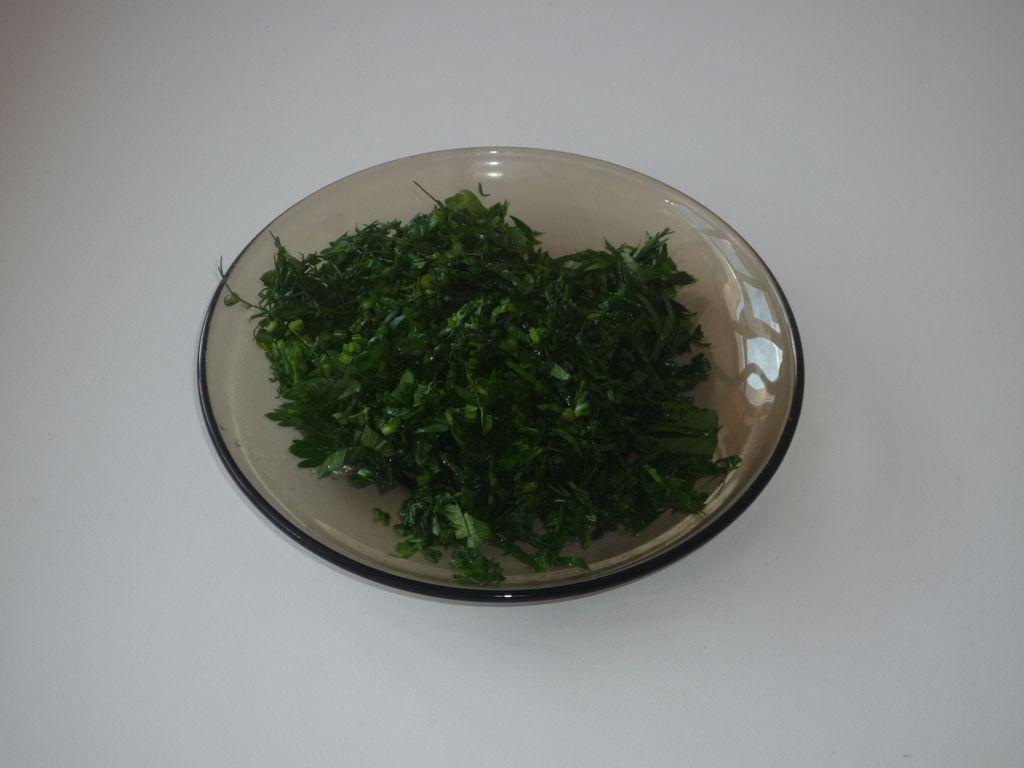Мелко нашинкованная зелень петрушки и укропа