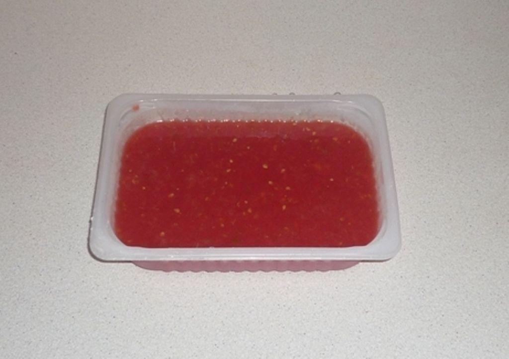 Томат не кипятить, не солить, налить в пластиковую емкость