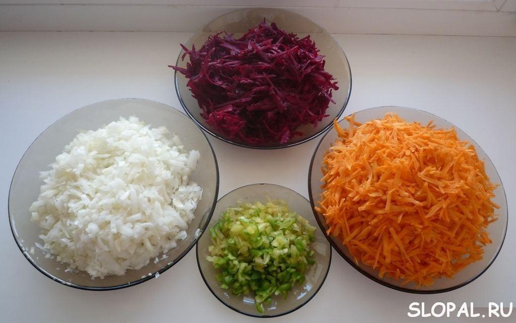 Измельчаем морковь, свеклу, лук, перец
